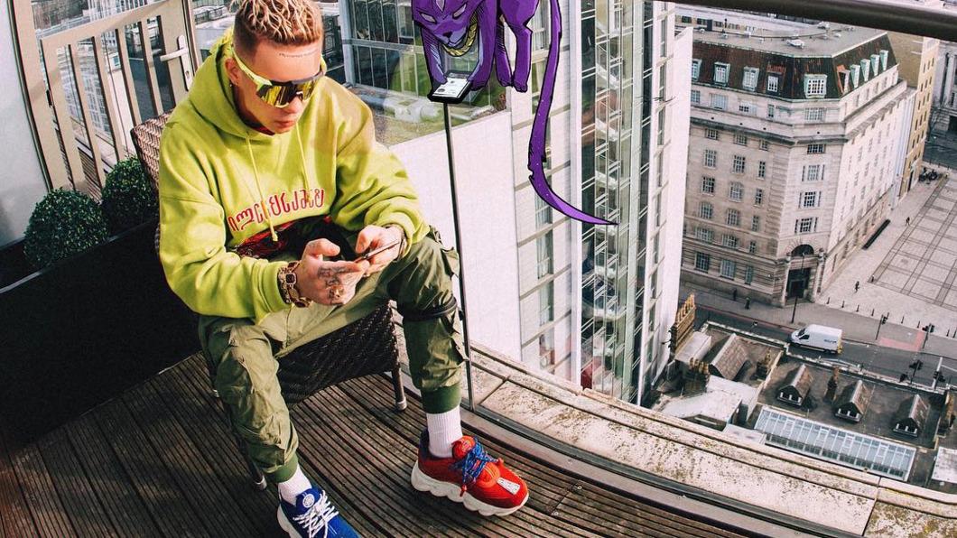 Алексей Узенюк, известный как исполнительЭлджей показал новый модный тренд или особенность имиджа музыканта
