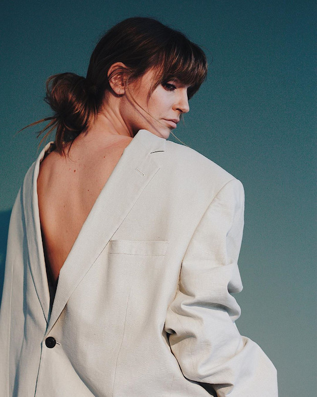 Девушка в пиджаке на голое тело
